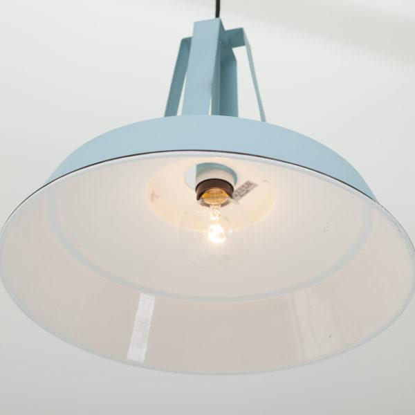 Blauwe-industriele-hanglamp-van-onder