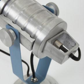 detail blauwe wandlamp