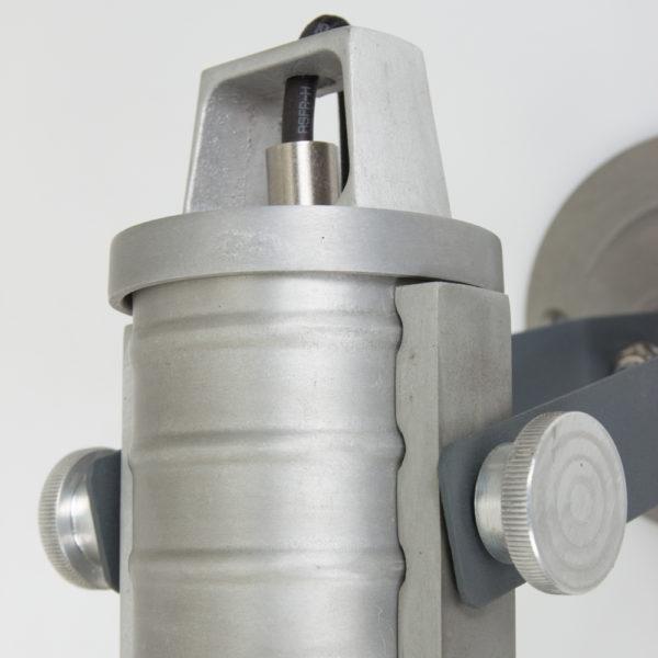 detail grijze wandlamp
