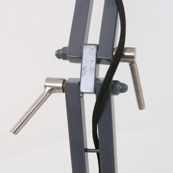 detail grijze tafellamp