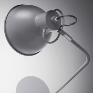 detail grijze bureaulamp